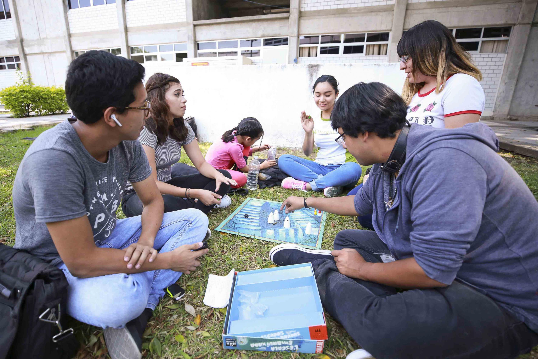 Grupo de estudiantes jugando en los jardines