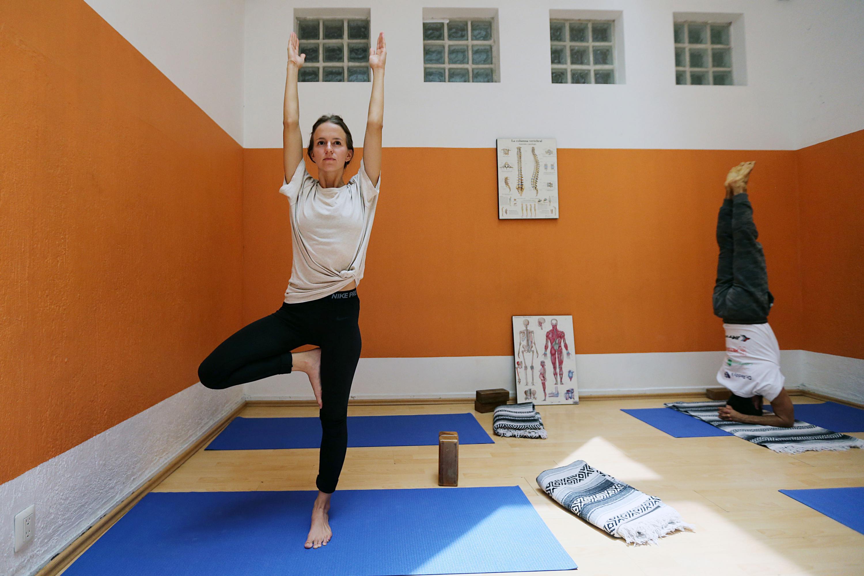 Alumna haciendo posición de yoga