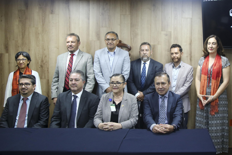 Rectores e investigadores posan para la foto oficial en la sala de prensa
