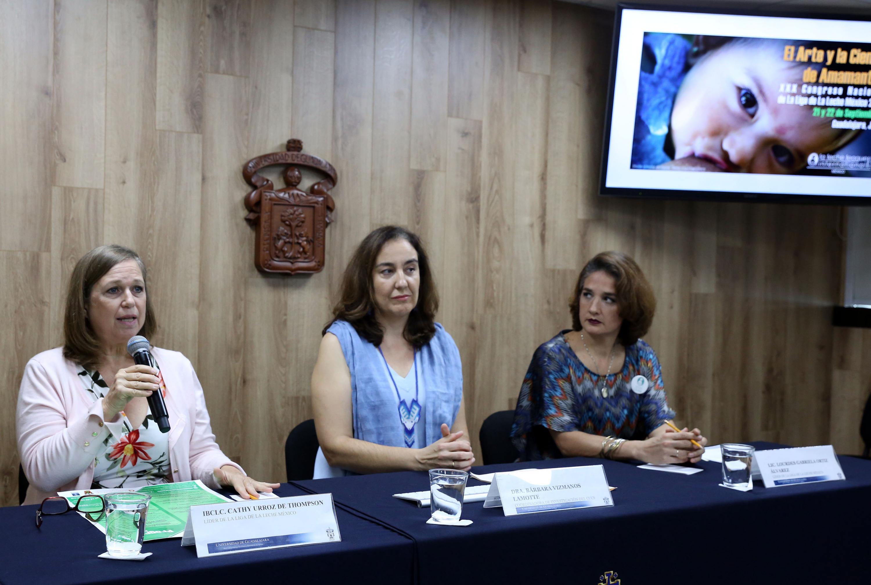 Cathy Urroz haciendo uso de la voz en rueda de prensa