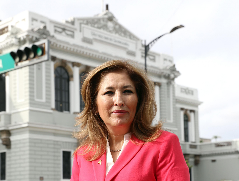 Dra Laura Cortés, al fondo la antigua sede de la Rectoría General