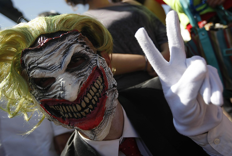 Persona con máscara del Guasón saludando a la cámara