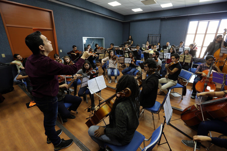 Director y orquesta durante un ensayo