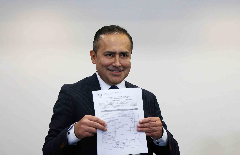 Rector del CUCS exhibe su constancia de registro