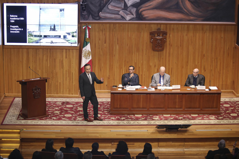 Dr. Jaime Andrade presentando ante el CGU su plan de trabajo de llegar a la Rectoría General