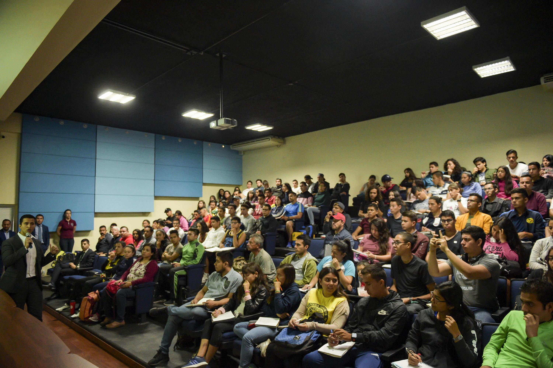 Toma general del auditorio lleno en sesión informativa