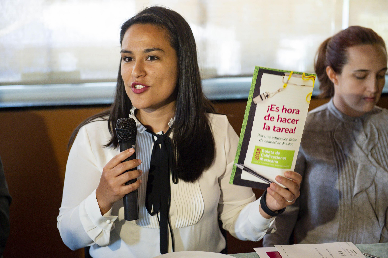 Investigadora mostrando la boleta y explicando su contenido al micrófono