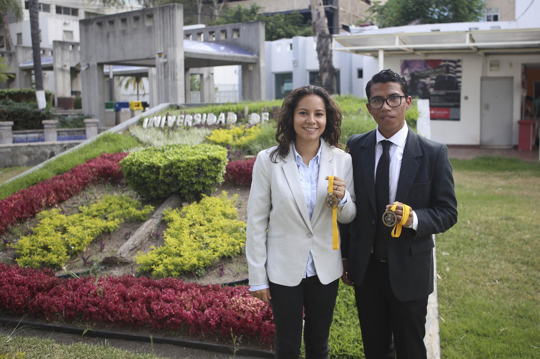 Alumnos ganadores exhibiendo en la mano sus medallas