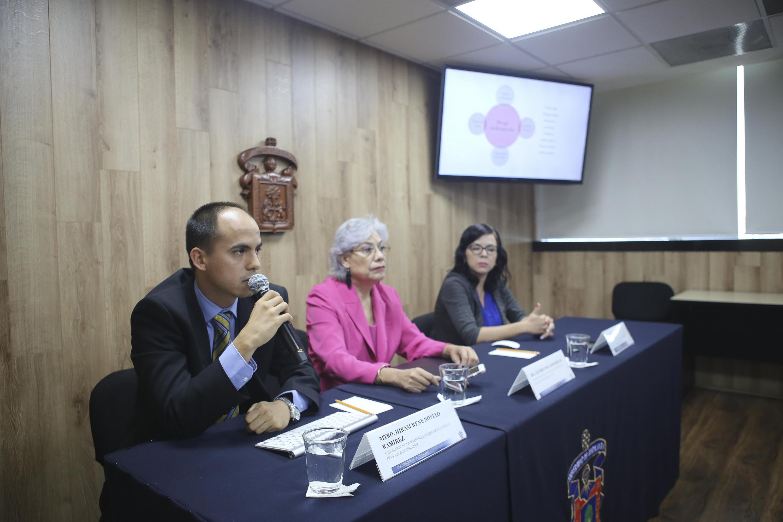Maestrante de Salud Ocupacional tomando la palabra en rueda de prensa