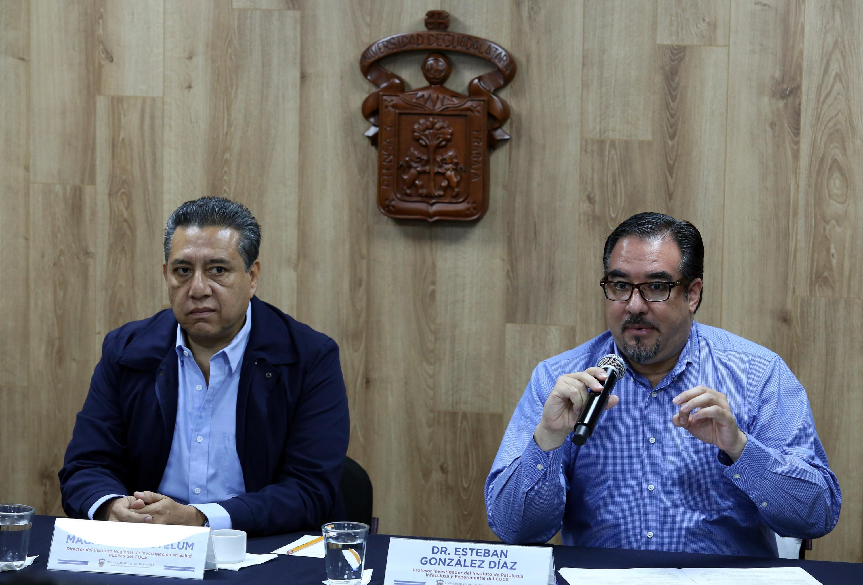 Dr. Esteban González en rueda de prensa haciendo uso de la palabra