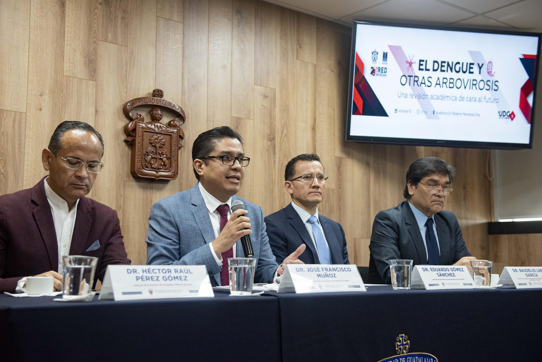 Rector del CUCS al micrófono en imagen junto con los miembros del presídium