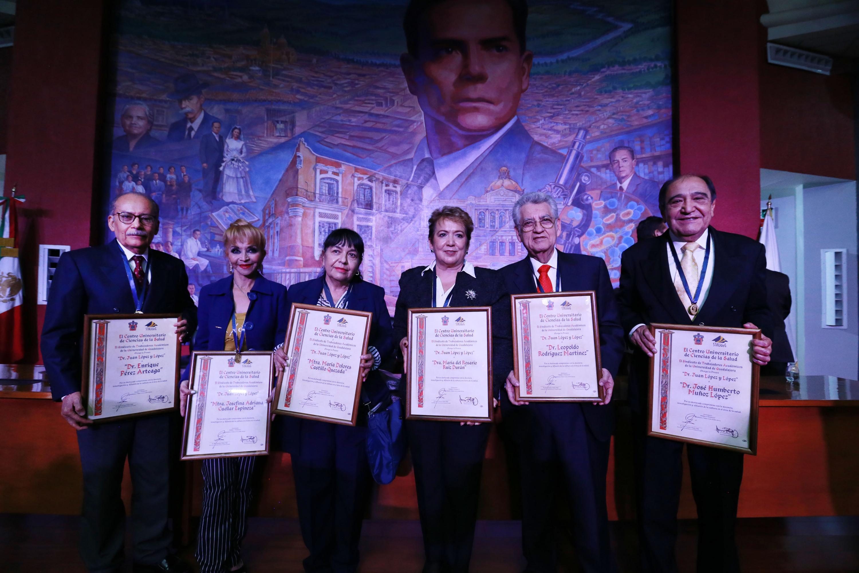 Fotografía grupal de los seis académicos galardonados