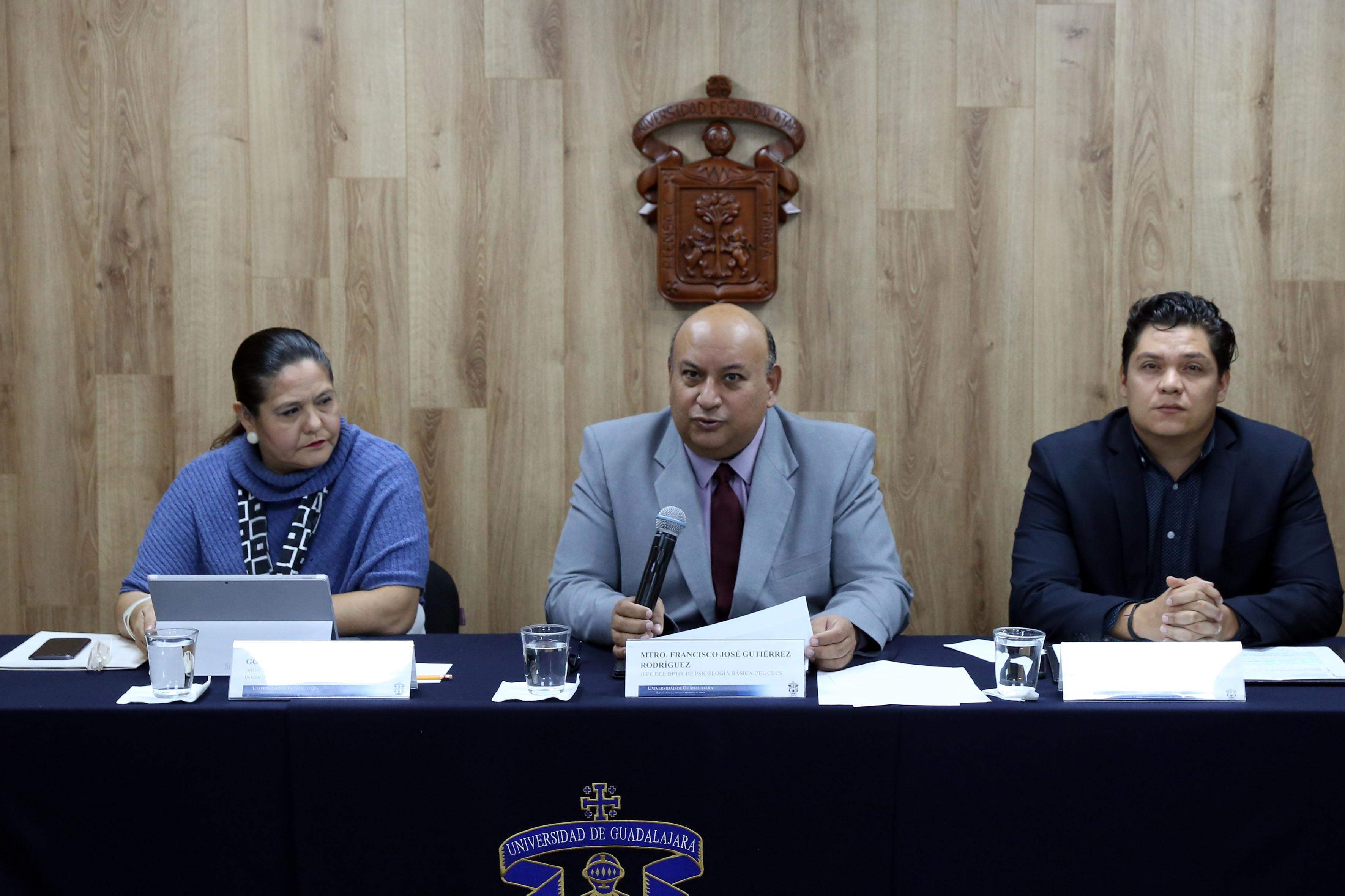 Miembros del presídium, al micrófono el Mtro Francisco Gutérrez