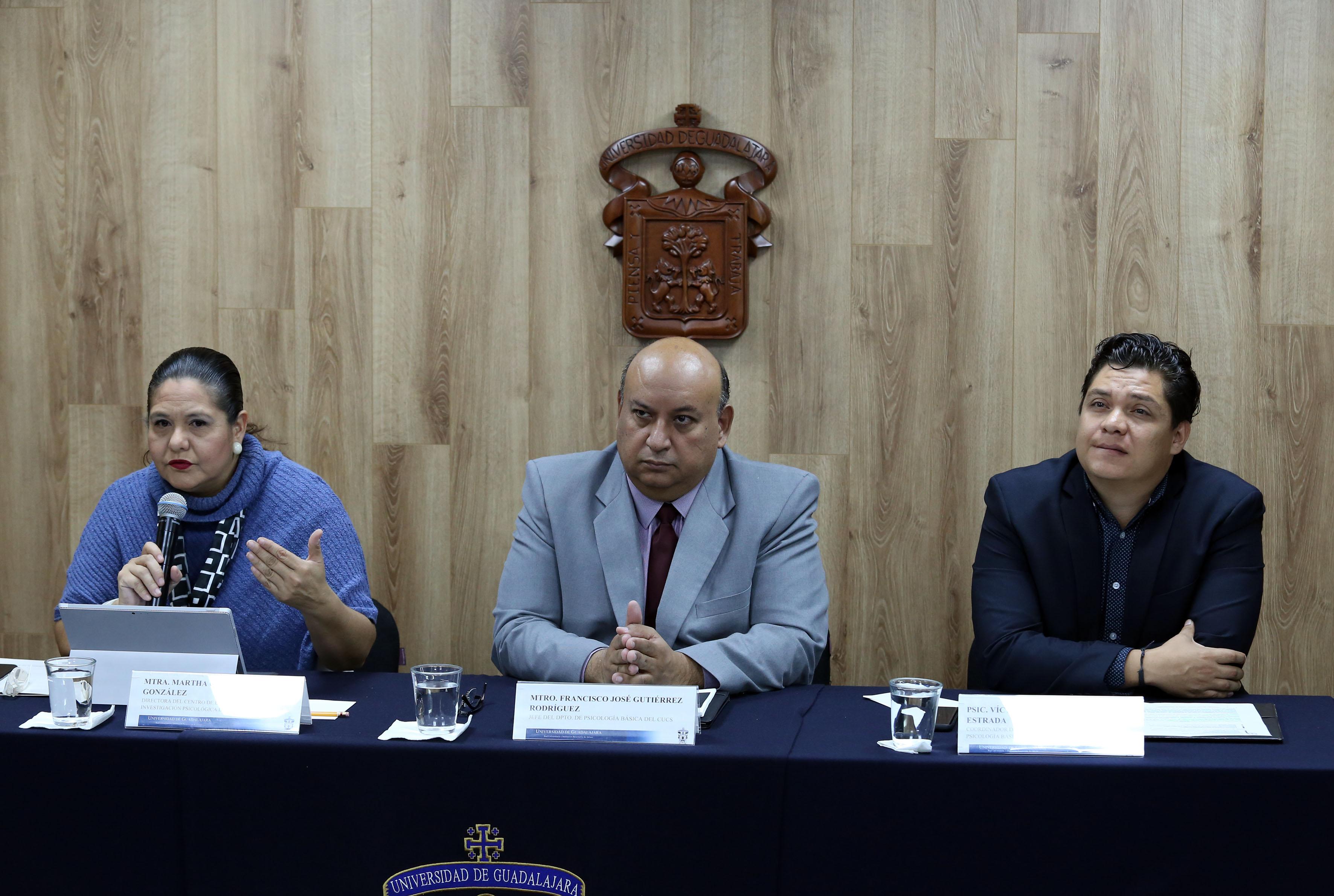 Miembros del presídium, al micrófono la Mtra Catalina Pérez