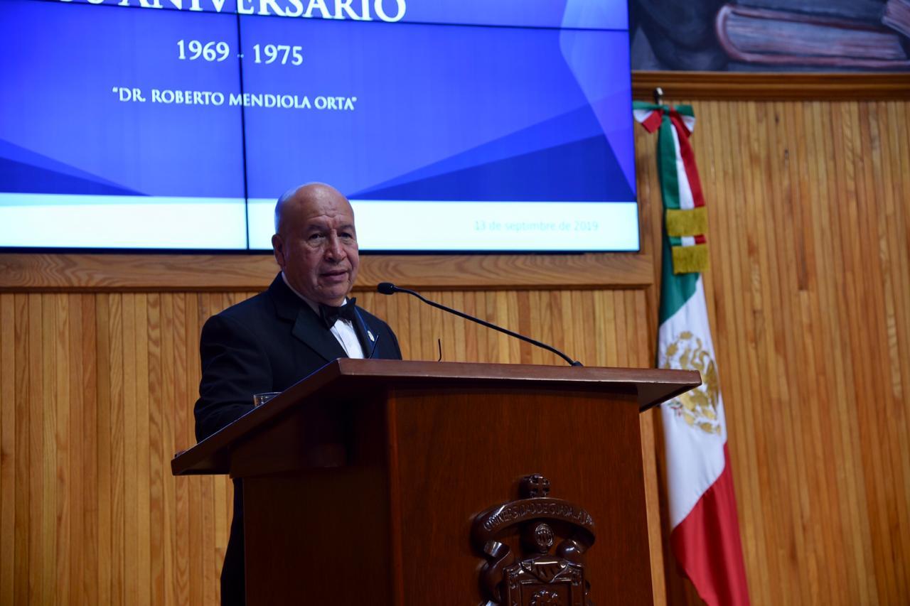 Dr. Salvador Vera Luna dirigiendo un mensaje desde el pódium