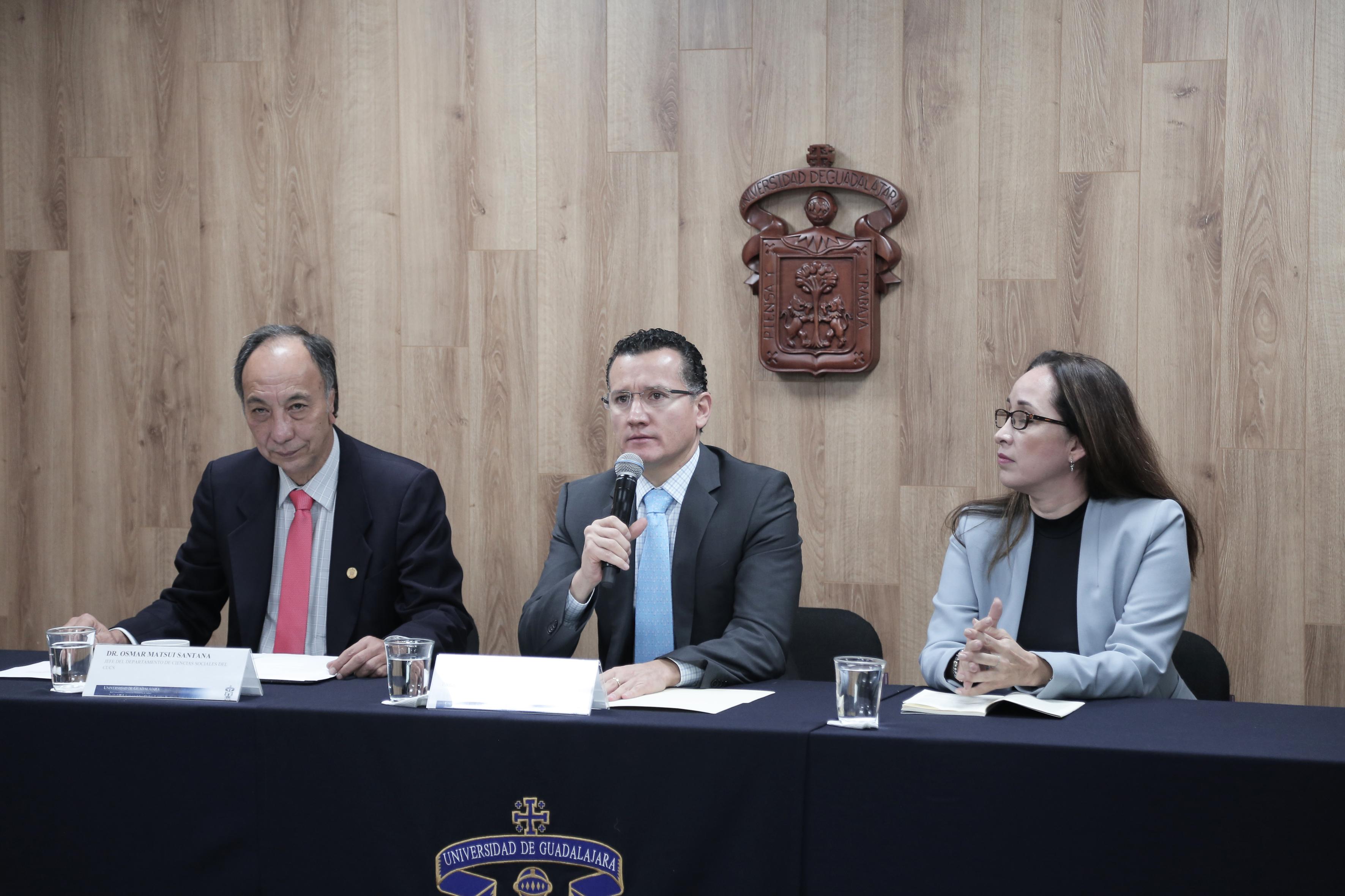 Miembros del presídium. Al micrófono el Dr. Eduardo Gómez