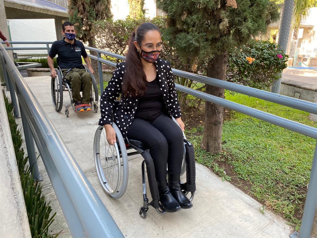 Académica de CUCS en ejercicio de desplazamiento en silla de ruedas