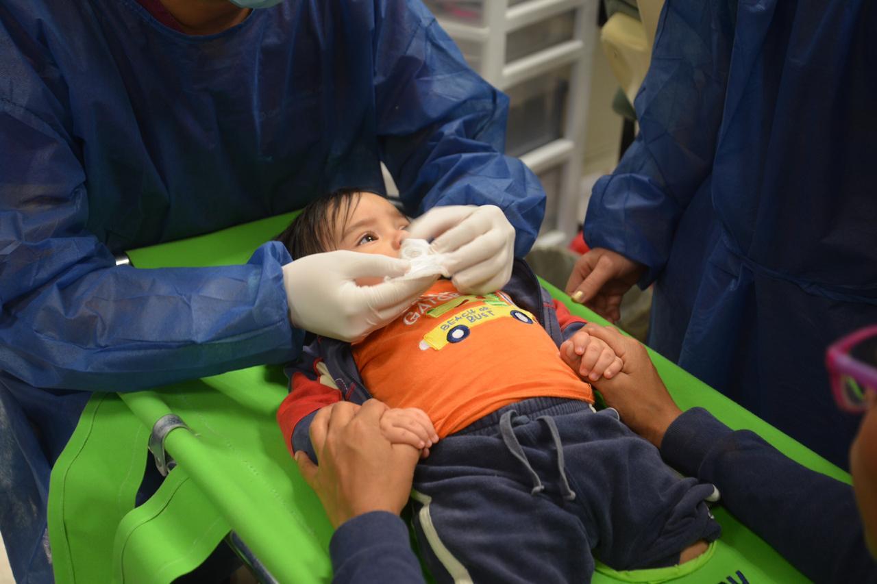 Bebé en camita especial recibiendo atención odontológica