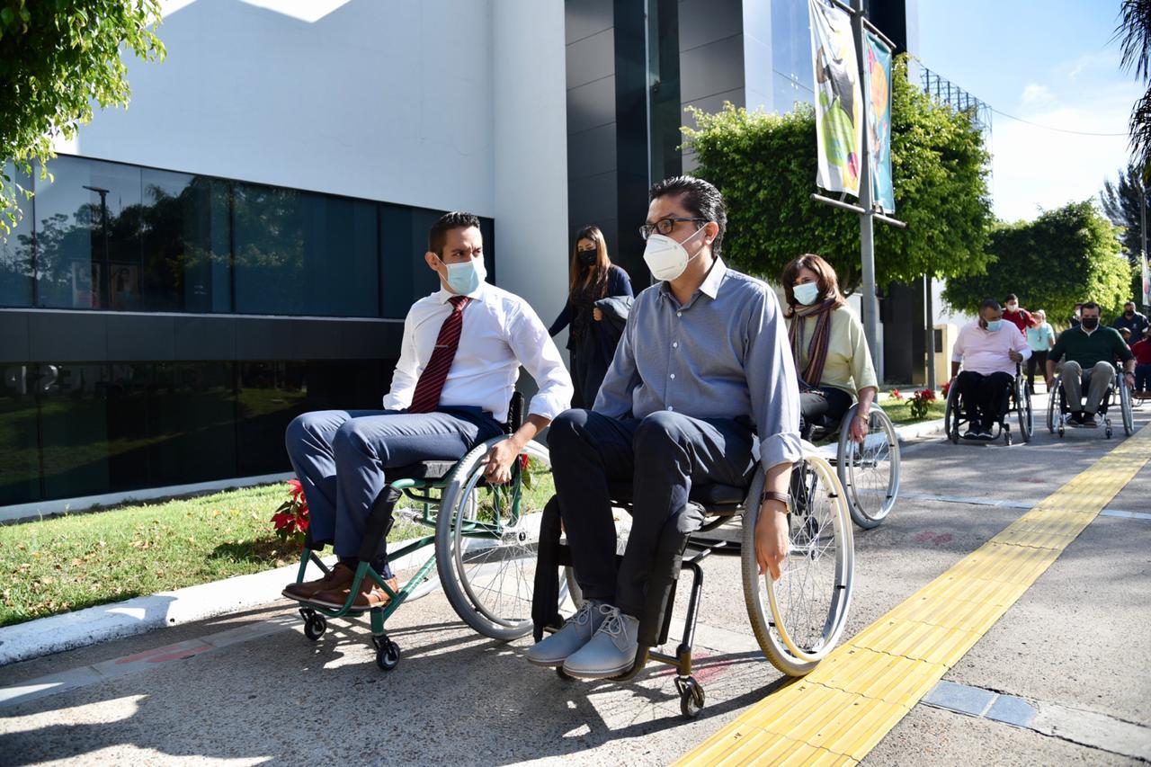 Rector y directivos rodando en silla de ruedas