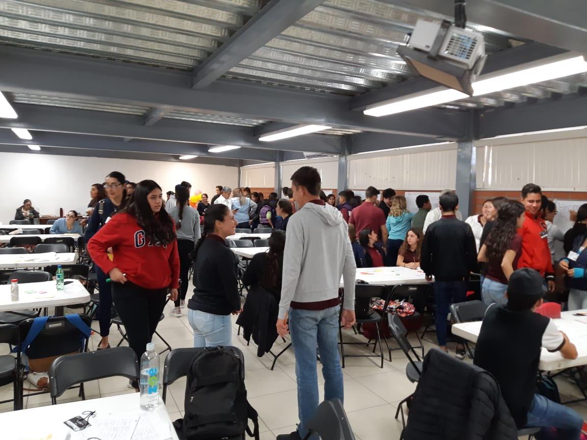 Alumnos participando en dinámicas grupales