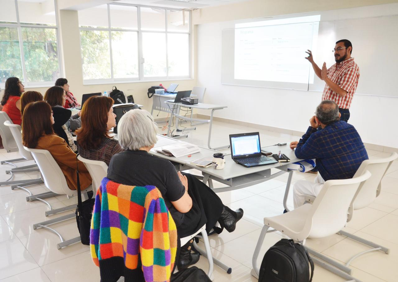Investigadores y académicos reunidos en Seminario de Investigación