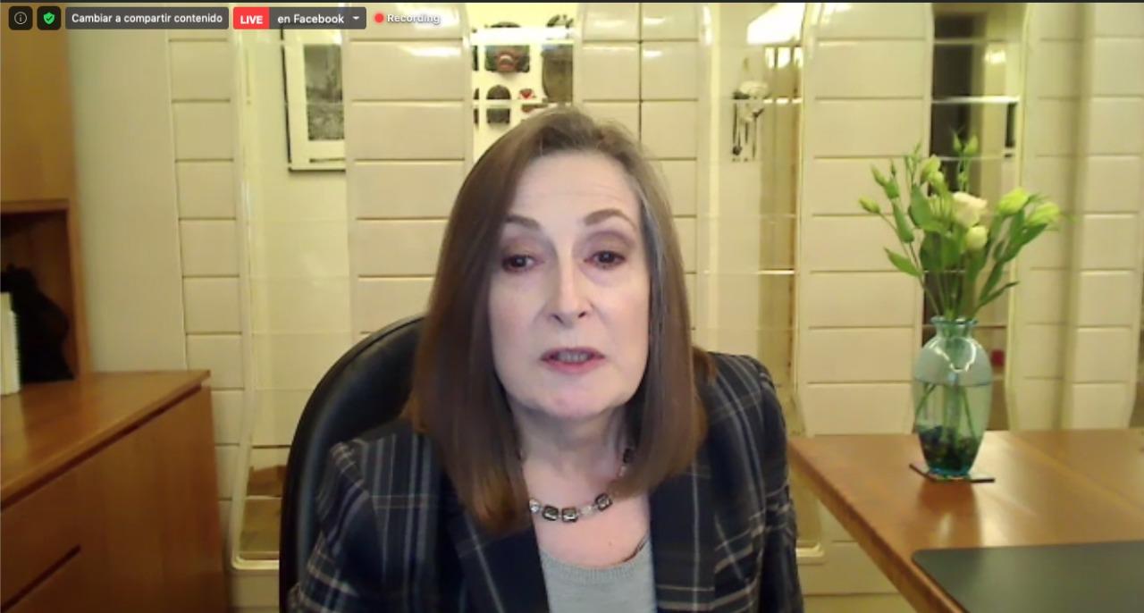 Captura de pantalla de la Dra. Martha Kaufer Horwitz, dicstando conferencia
