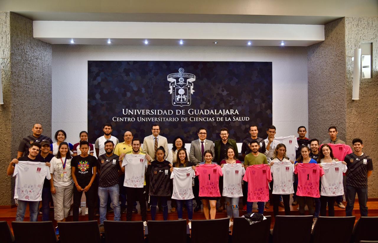Foto grupal con el grupo de deportistas y entrenadores con autoridades