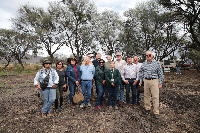 Foto grupal del equipo de investigadores del CUCS tomada en campo