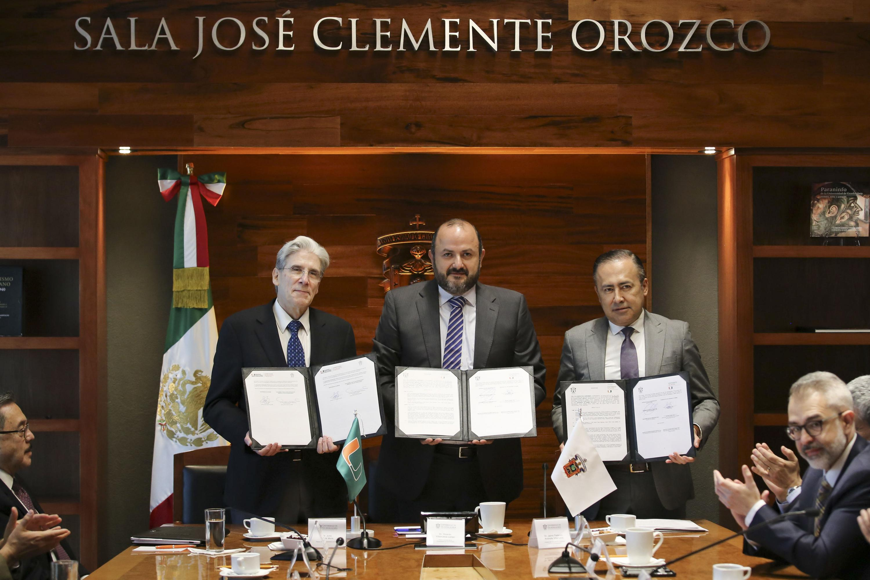 Rectores y director del HCG exhibiendo el acuerdo firmado