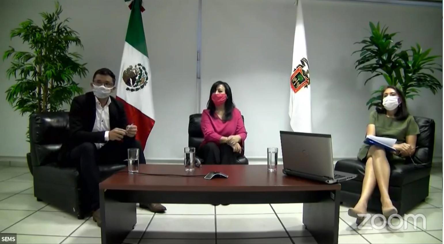 Fotografía de particicipantes con cubrebocoas y moderadora del conversatorio presencial