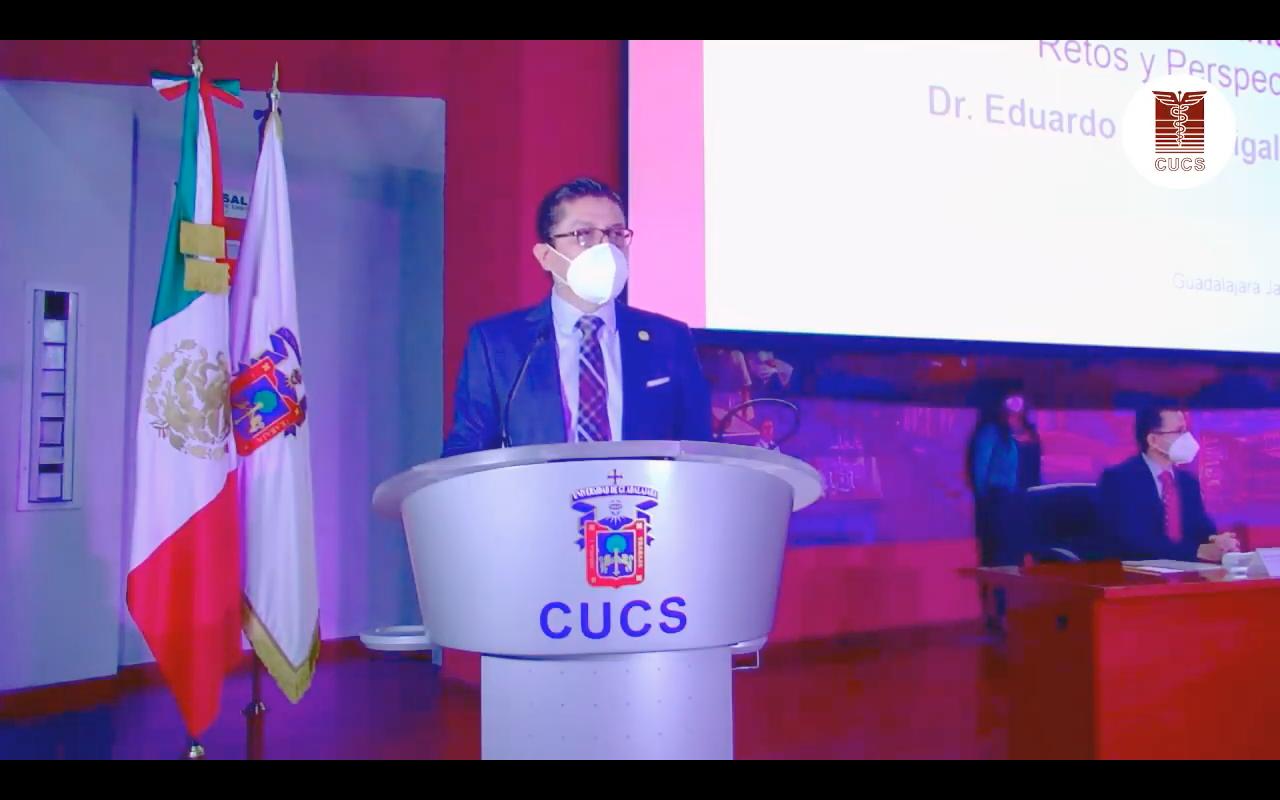 Rector del CUCS dando mensaje en el pódium