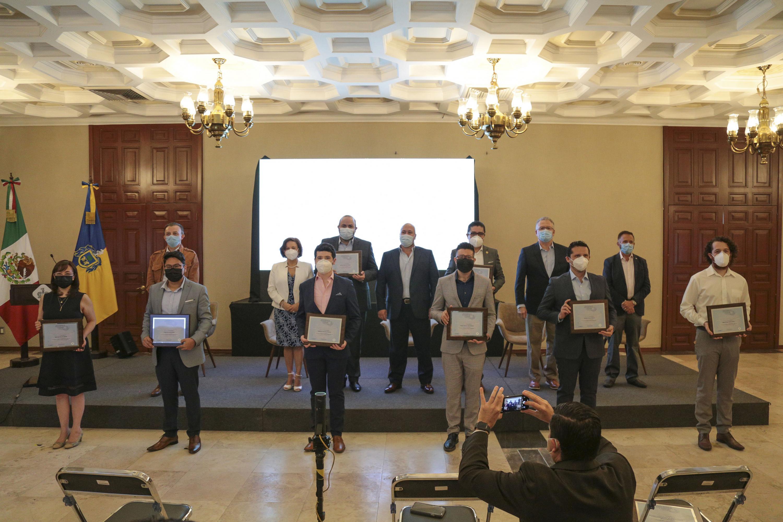 Integrantes Sala Situación exhibindo el reconocimiento en Casa Jalisco, en la fila de atrás el gobernador de jalisco y funcionarios de gobierno
