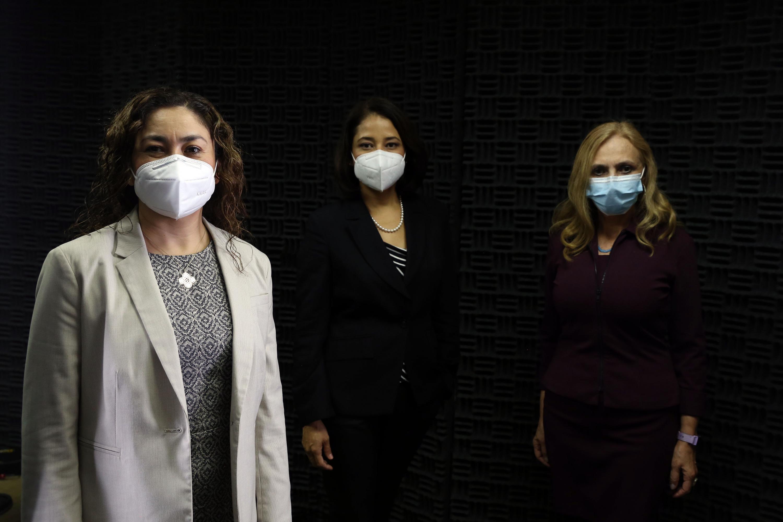 Foto grupal de las académicas del CUCS que ingresan a la AMC posan par a la foto con cubrebocas, fondo negro
