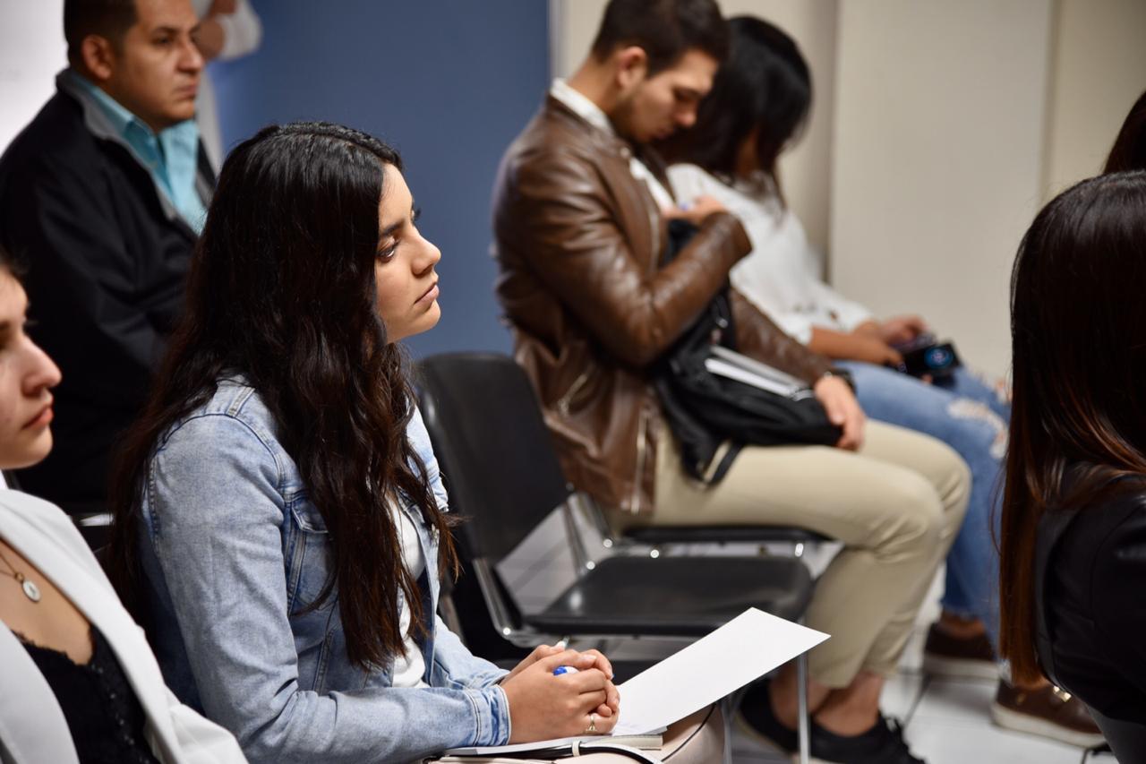Alumnos atentos escuchando los mensajes