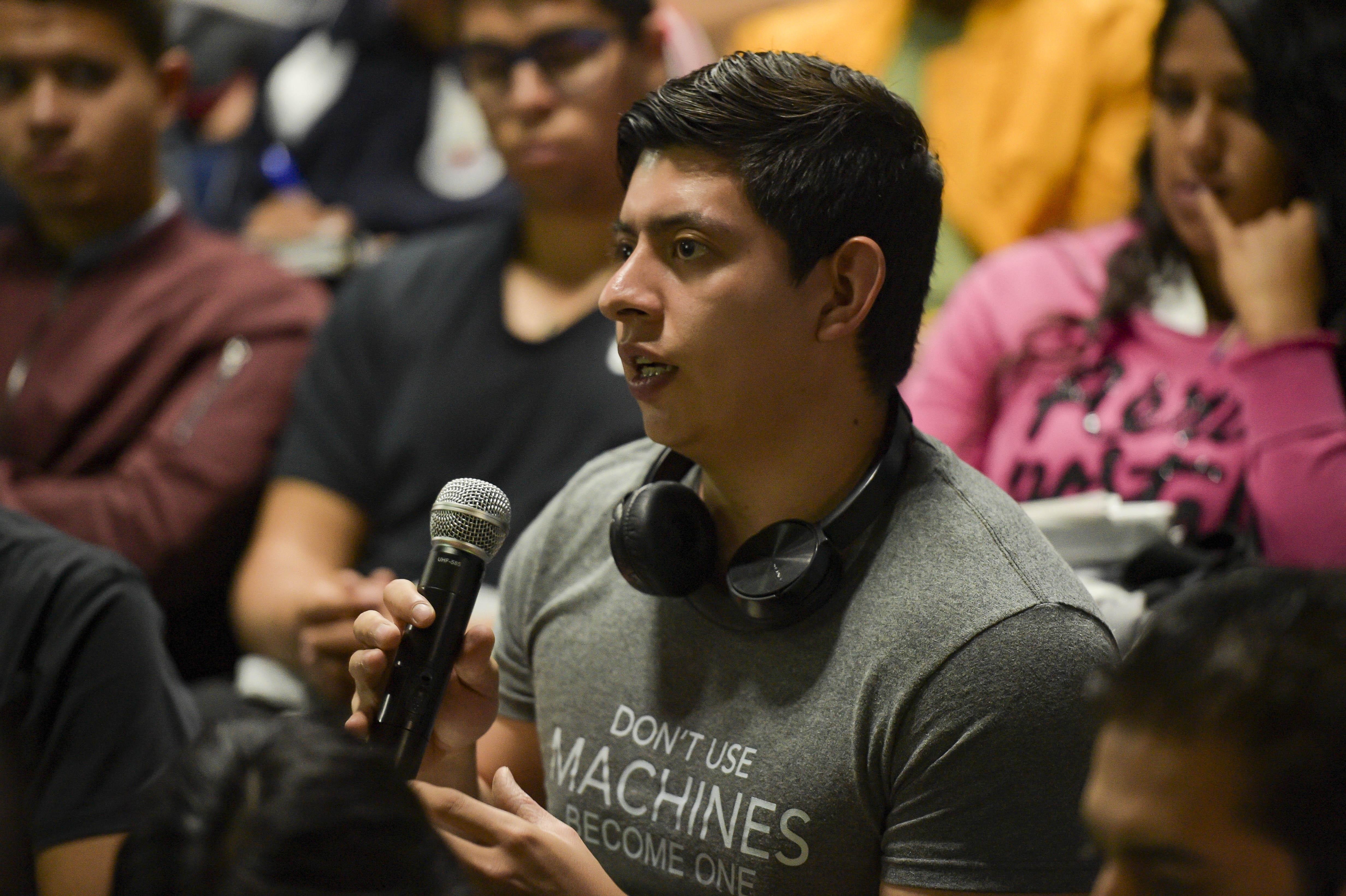 Alumno de Cultura Física en entrevista haciendo una pregunta durante la sesión informativa