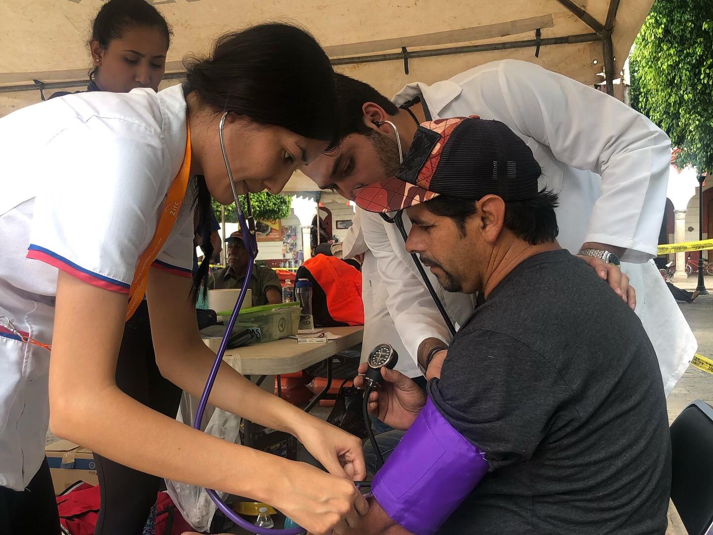 Apoyo de enfermeras a habitante de San Gabriel