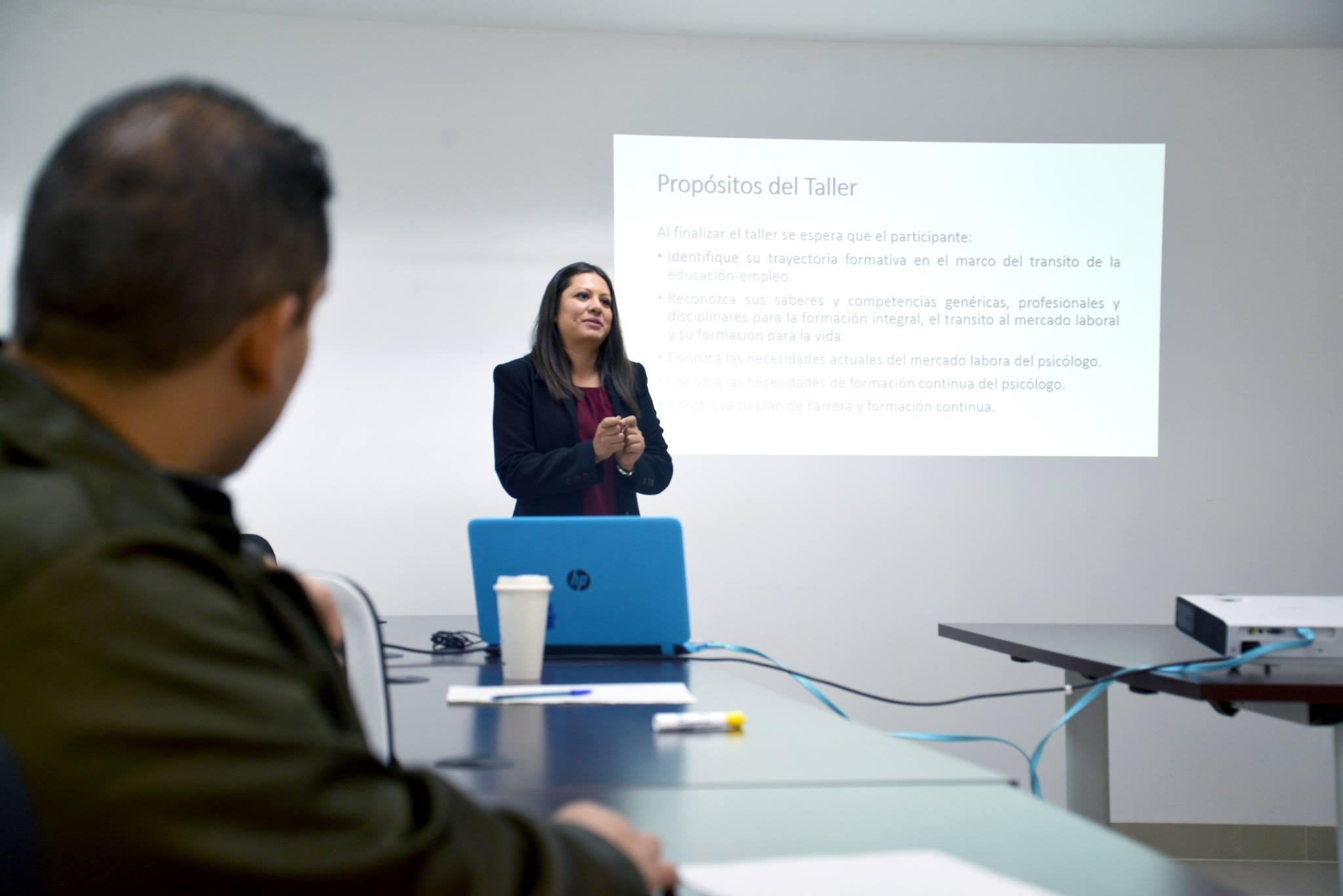 Mtra. Fabiola Macías impartiendo Taller Orientación Profesional