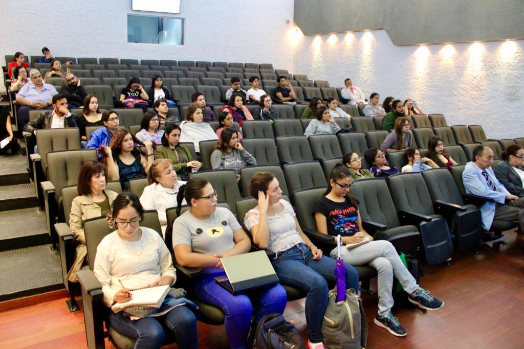 Vista general del auditorio con asistentes a la conferencia