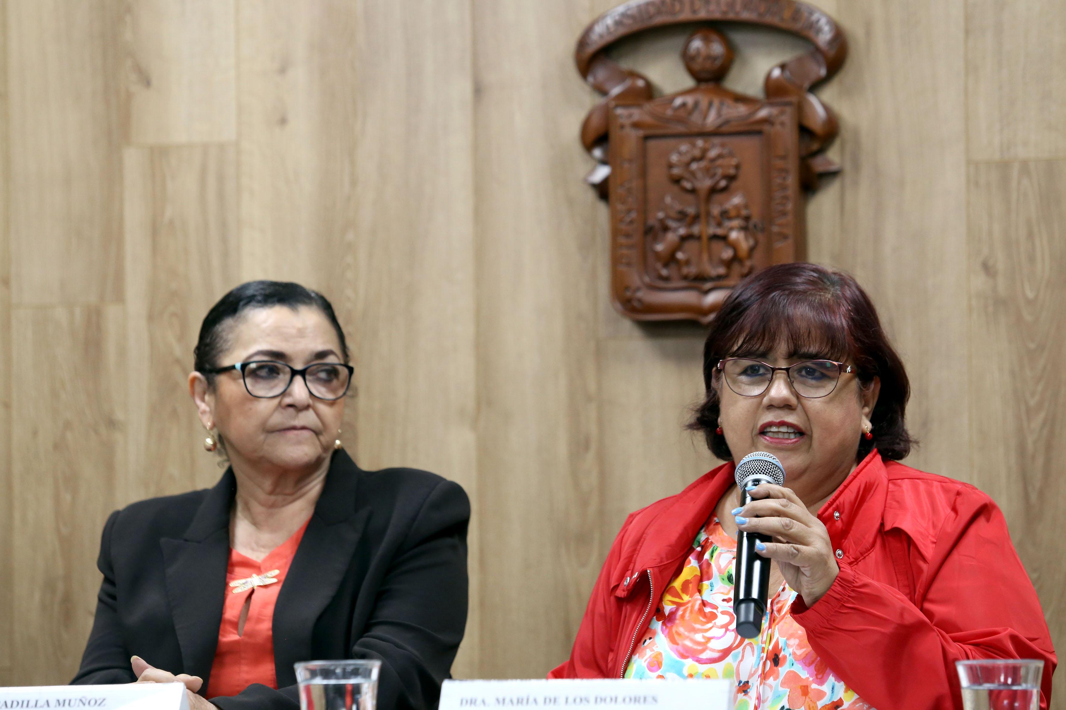 Dra. Lolita Valadez al uso del micrófono en rueda de prensa