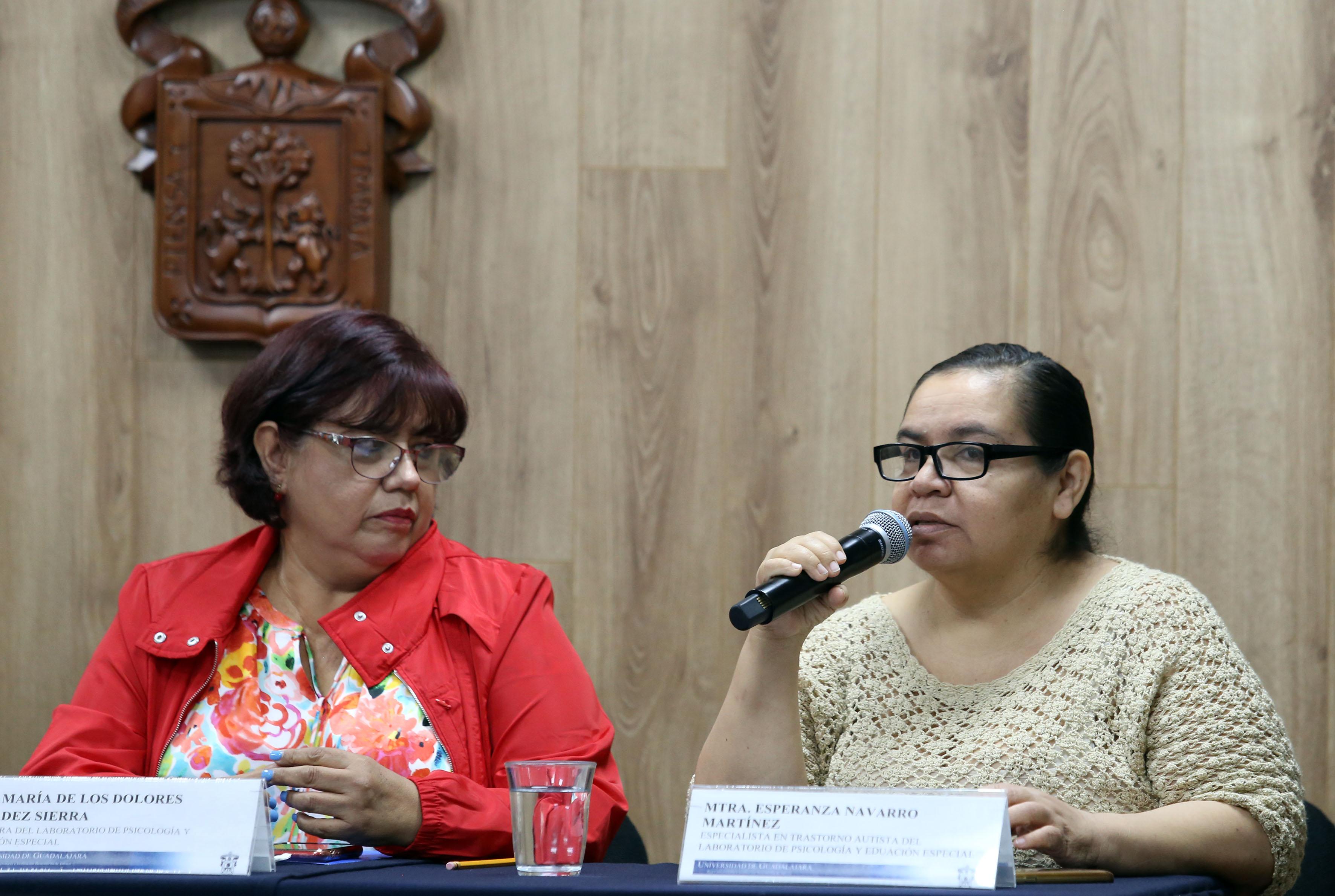 Mtra. Esperanza Navarro al uso del micrófono en rueda de prensa
