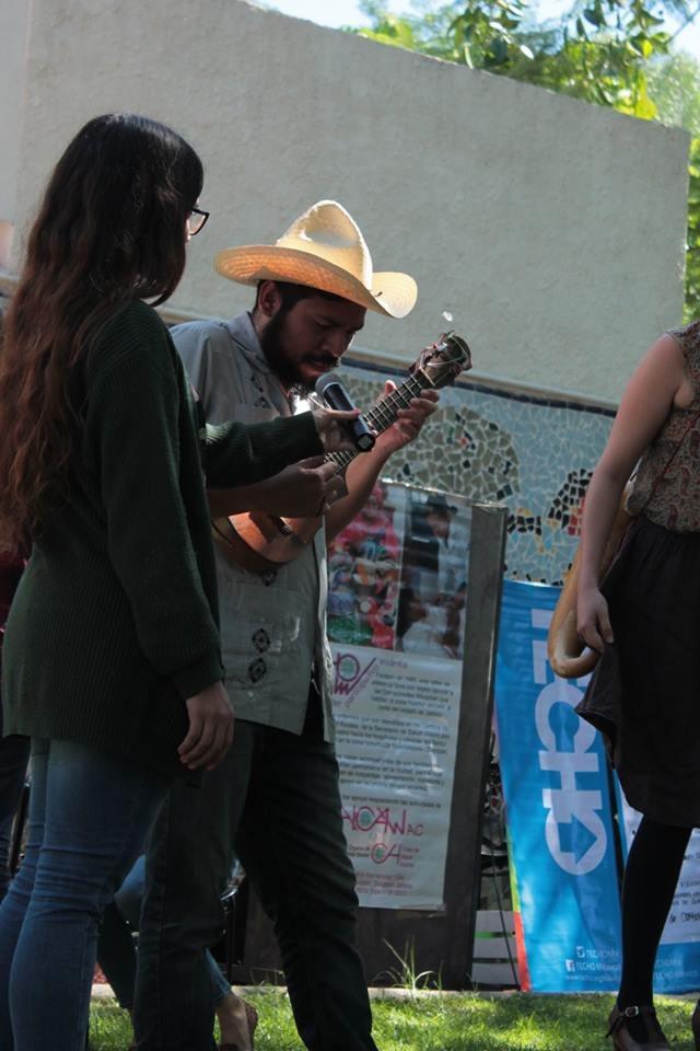 Alumnos tocando y cantando
