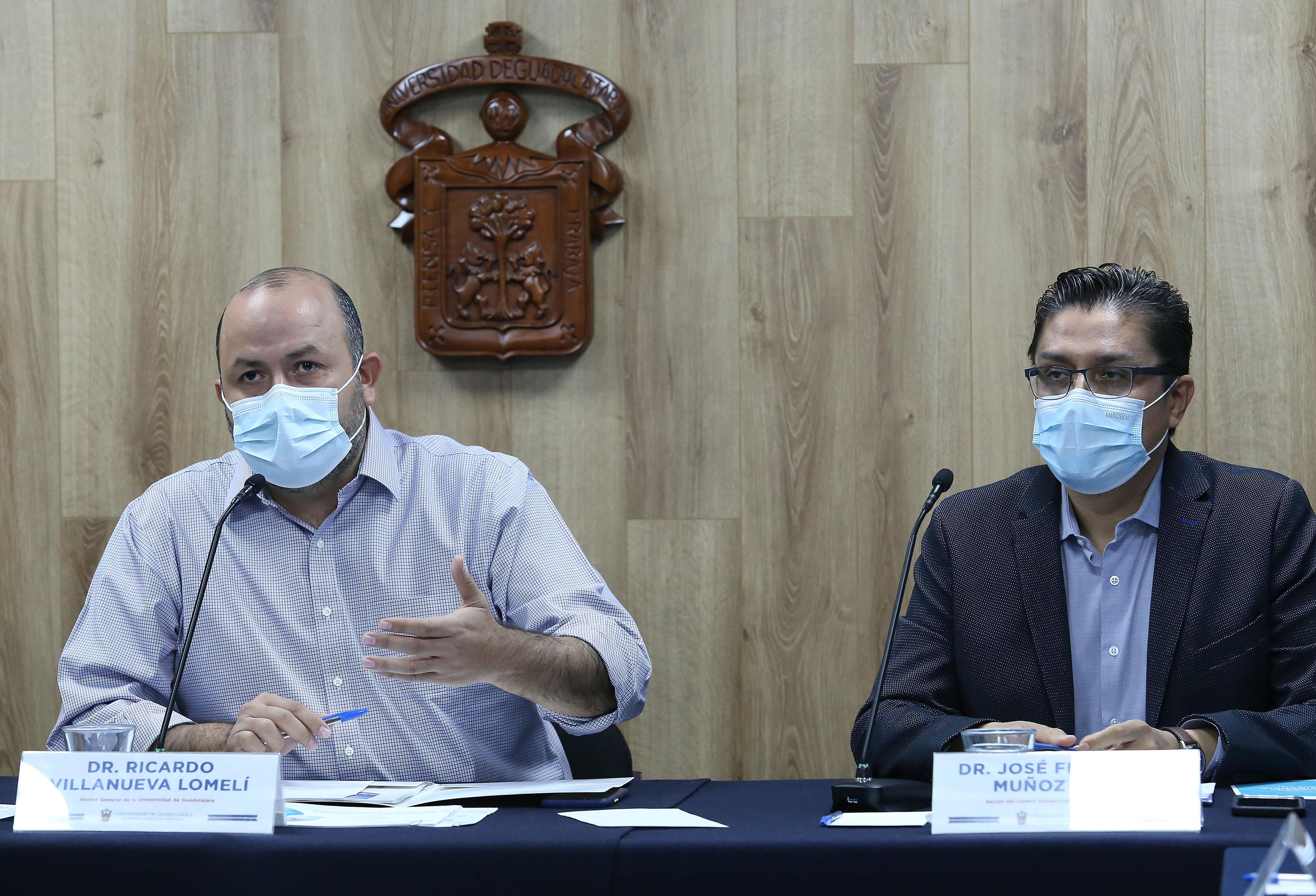 Rector General y Rector del CUCS en la rueda de Prensa. Ricardo Villanueva al micrófono