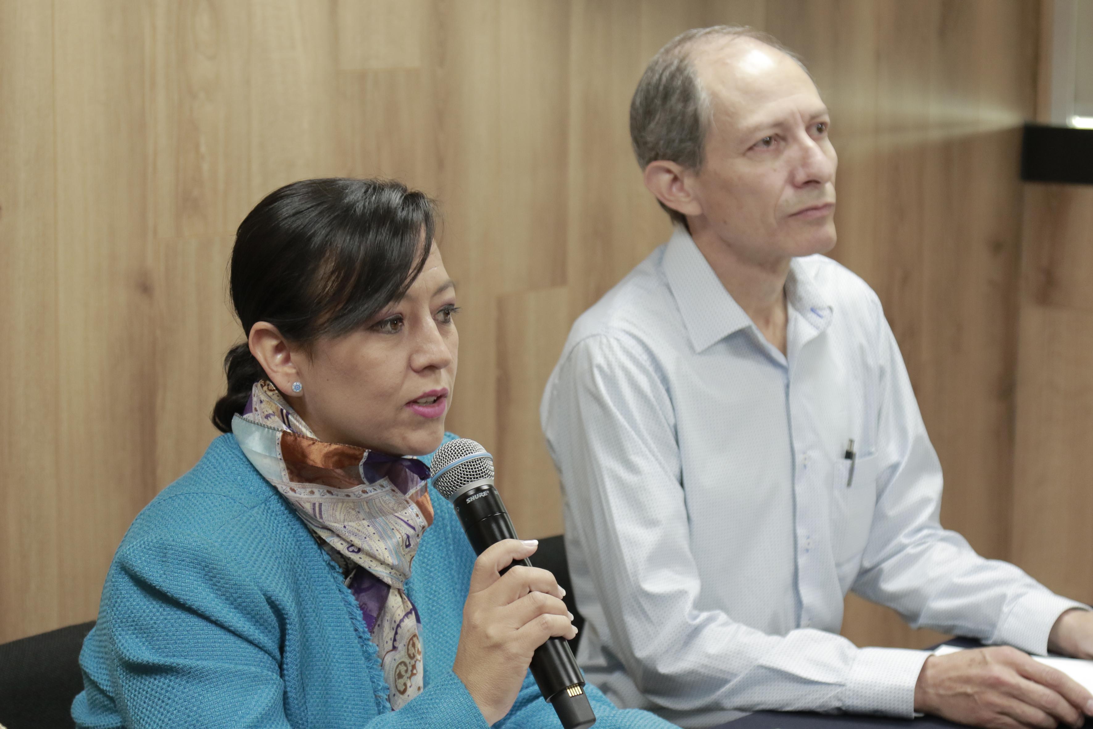 Foto de cerca de la Dra. Norma Alicia Ruvalcaba, haciendo uso del micrófono