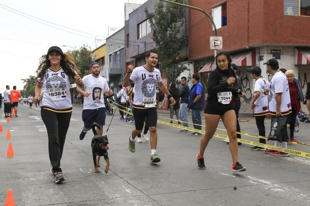 Personas participando en un carrera por las calles de la ciudad