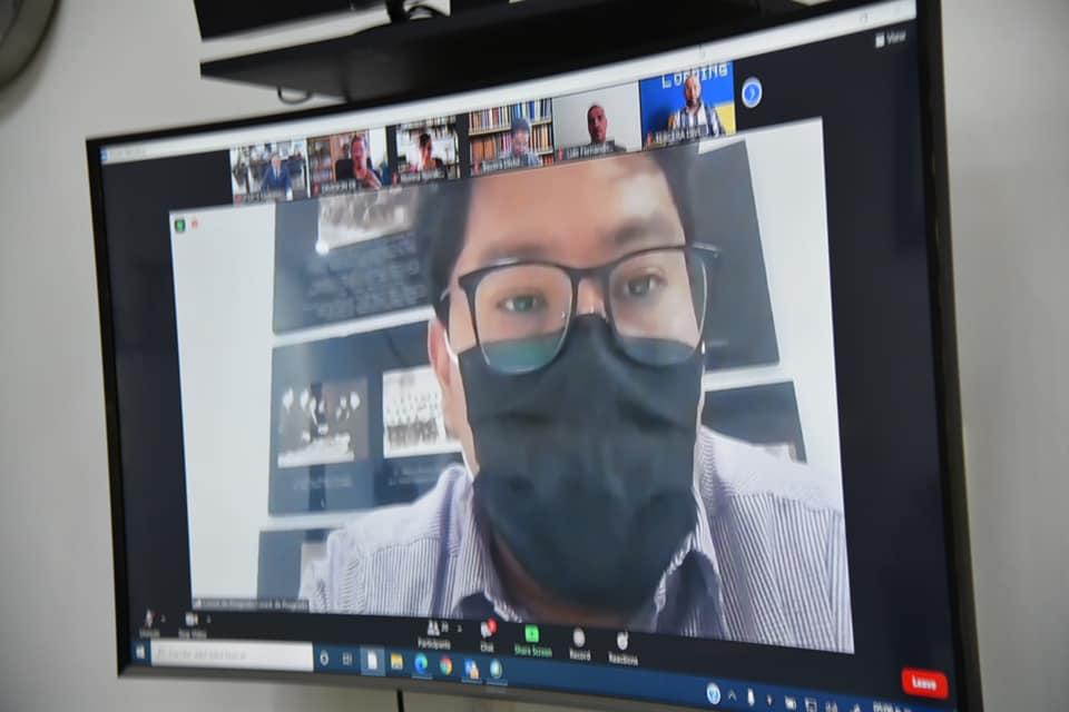 Coordinador de Posgrados en la pantalla, interviniendo en la reunión