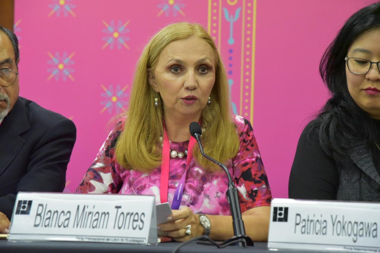 Dra. Miriam Torres Mendoza presentando libro Hacia una Cultura de Paz, Inclusión y Sana Convivencia