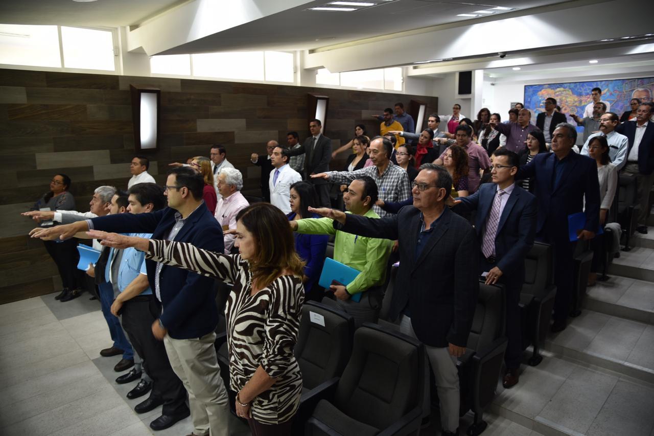 Miembros del comité tomando protesta desde sus butacas en el auditorio