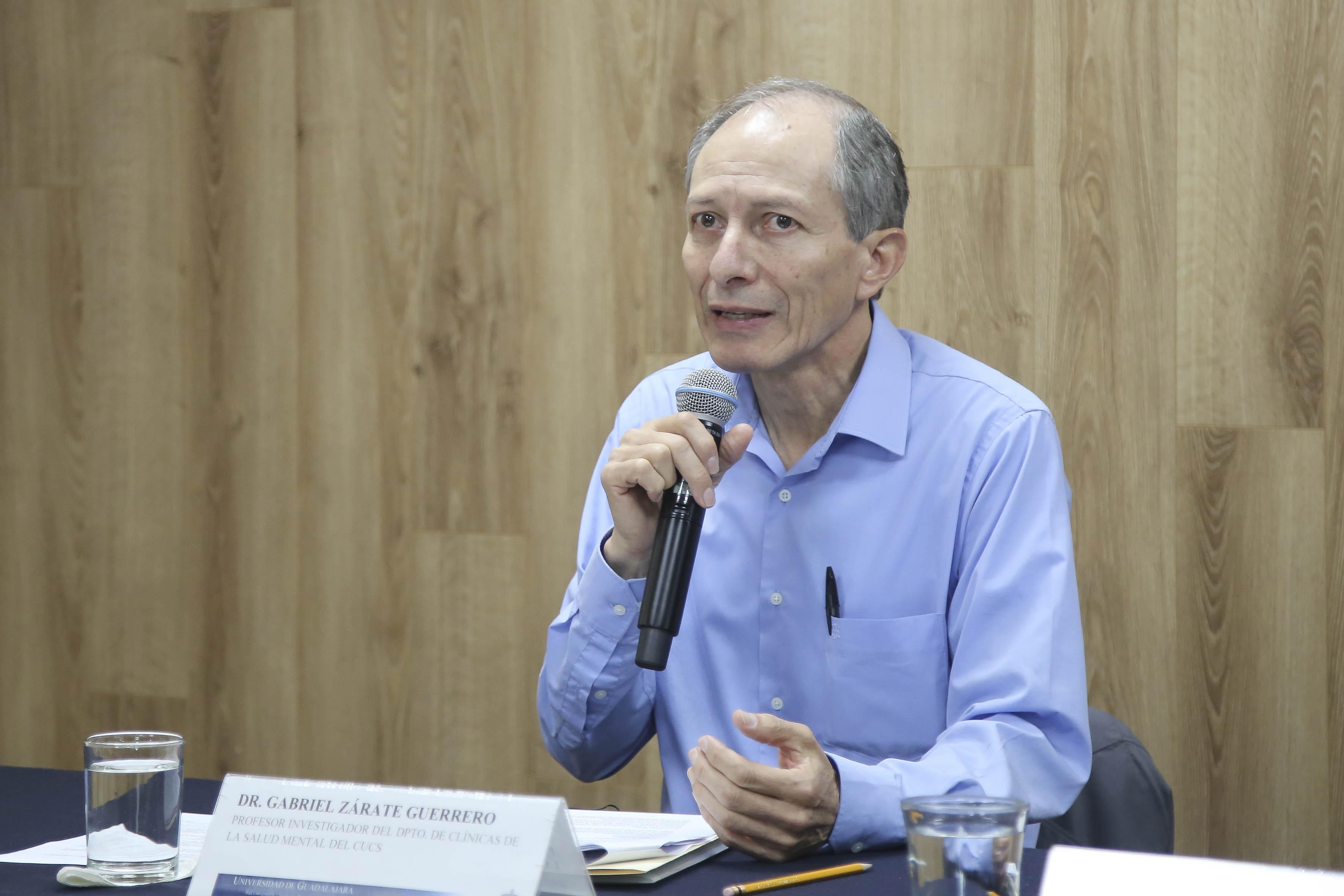 Dr Gabriel Zárate Guerrero al micrófono