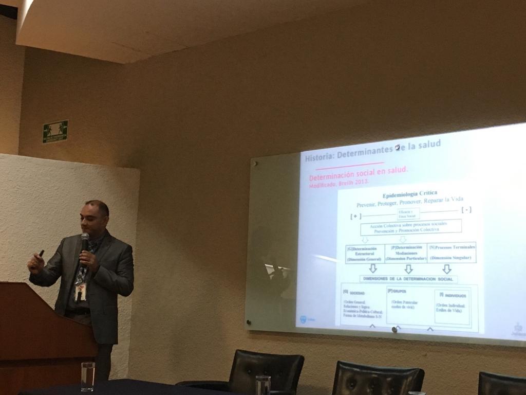 Funcionario de la SSJ impartiendo conferencia, al fondo una diapositiva en la pantalla