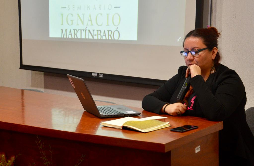 Ponente del Seminario Martín Baró dando conferencia